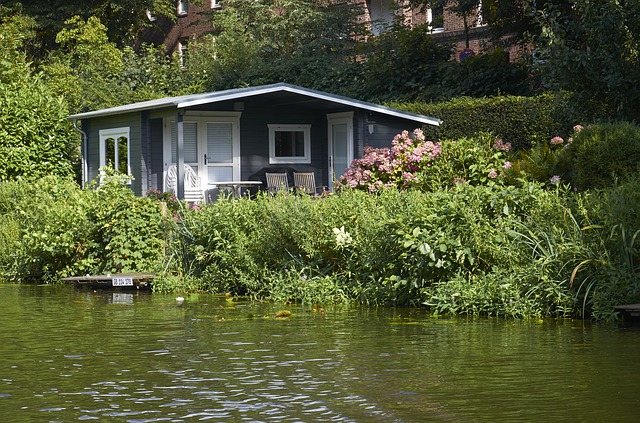 malý domek u řeky