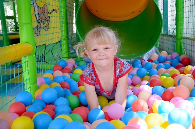 holčička v míčkách
