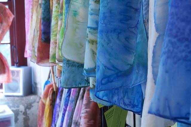 barevné tkaniny
