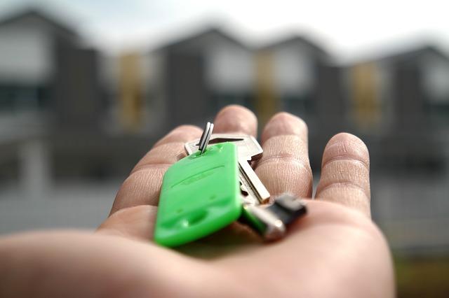 dlaň, klíče, zelený přívěsek