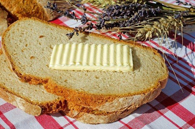 plátek másla na chlebu
