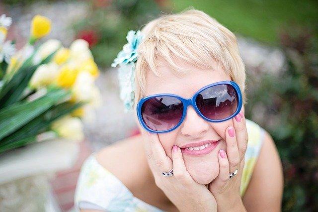 modré sluneční brýle.jpg