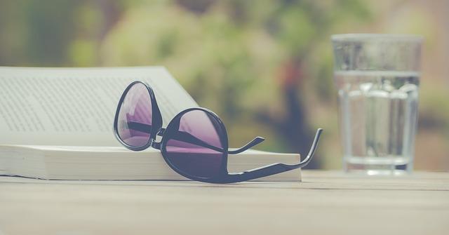 sluneční brýle a sklenice.jpg