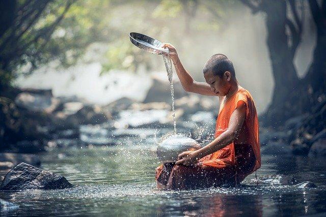 buddhistický rituál s vodou.jpg