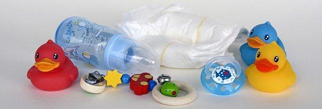 hračky a kojenecká láhev