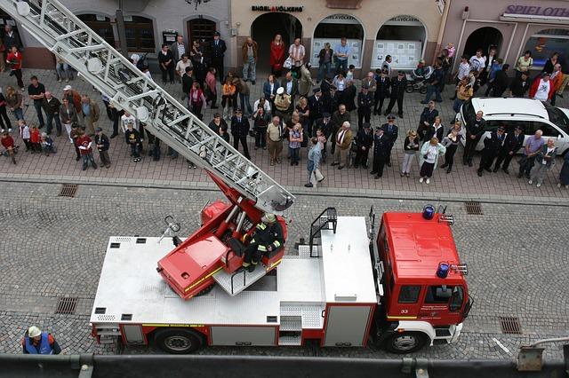 hasiči, kteří nacvičují zásah a lidé jak na ně koukají