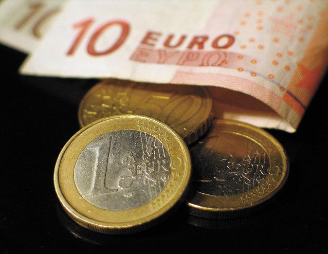 bankovky a mince eura na černém podkladu