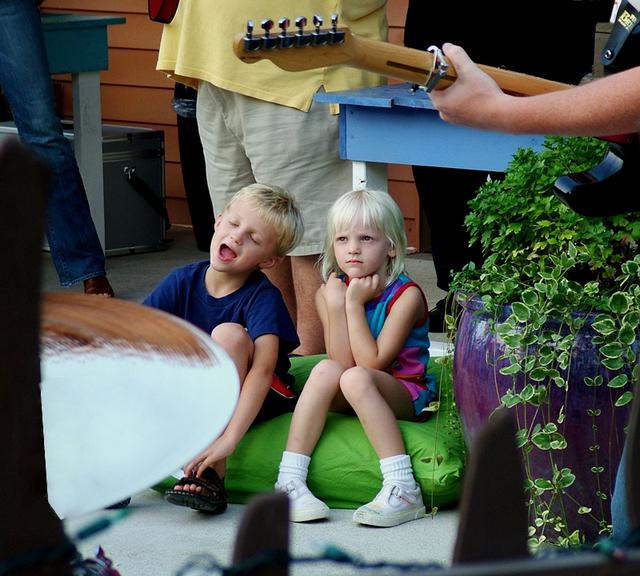 dvě děti na sedacím pytli