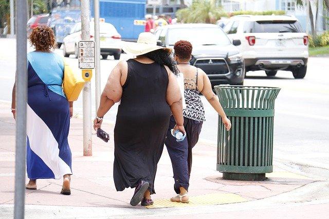 obézní lidé na ulici