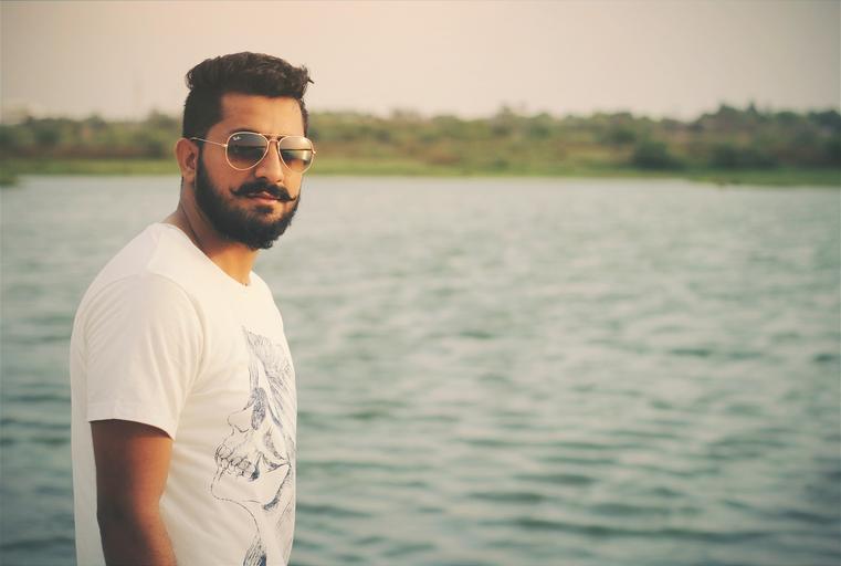 muž u vody